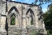 вид на монастырскую церковь со двора