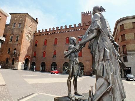 socha houslíře za radnicí (Cremona)