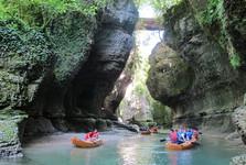 плавание на лодке в каньоне Гачедили