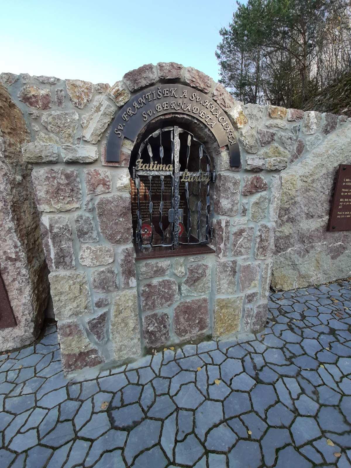 каменное святилище Божьей милости, Бутков, Ладце