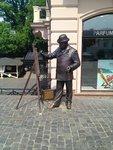 улицы города оживляют скульптуры