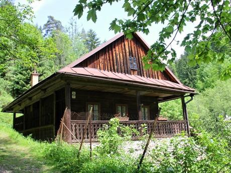 старый деревянный домик возле источника Б. Немцовой (Бацух)