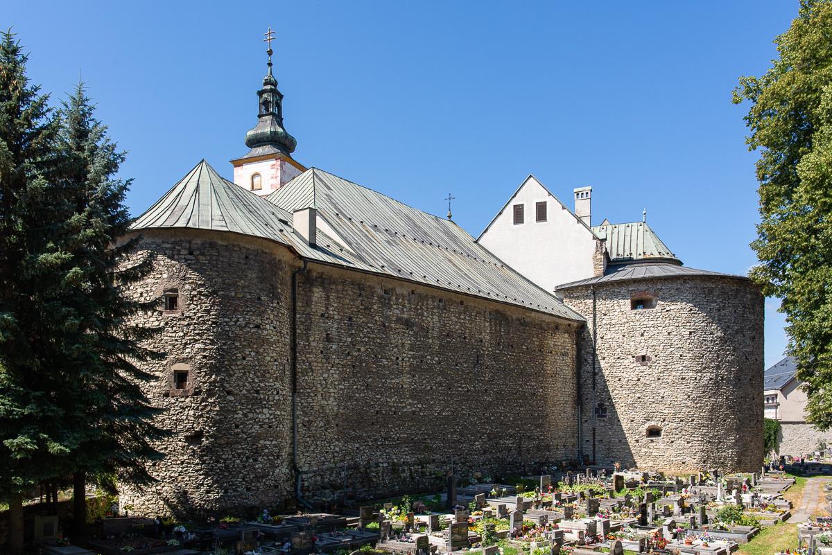 костел Св. Креста как часть укреплений замка