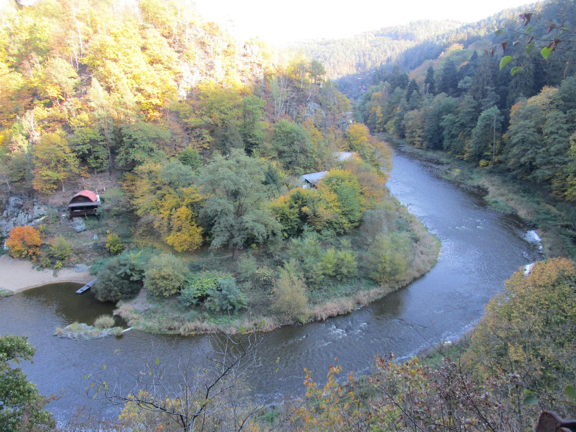 река Сазава и поселок в Луках-под-Медникем