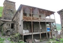 rozpadnuté domy v Ushguli