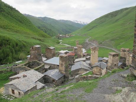 деревня с дорогой к леднику