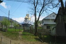 tento kostel se nachází hned vedle dřevěného kostela