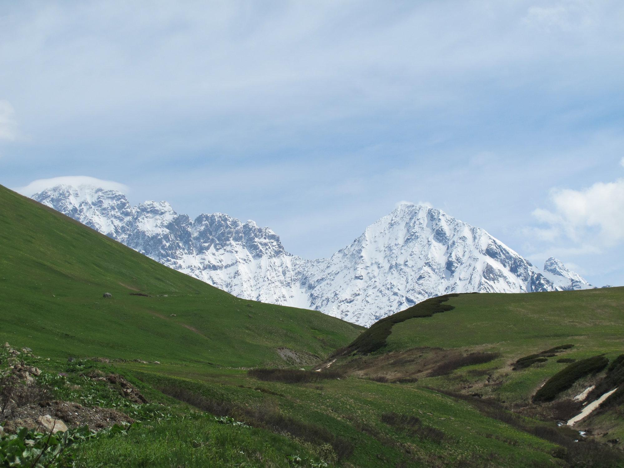 výhledy na okolní hory v Zagaro Pass