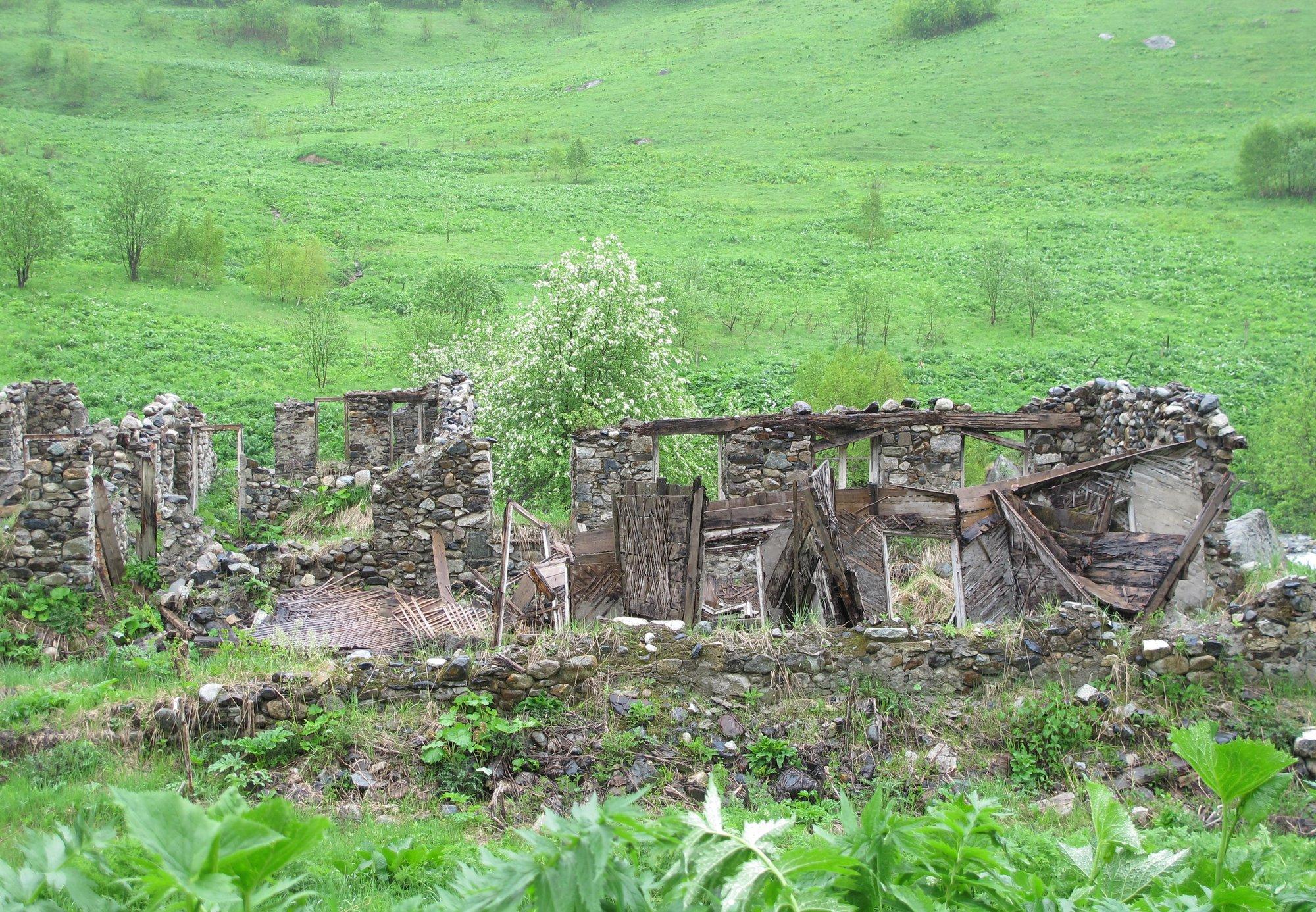 rozpadlé domy někde cestou necestou