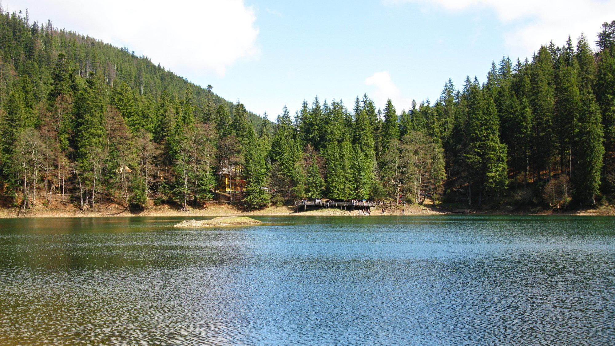 K jezeru Sinevir vede turistická trasa z Koločavy