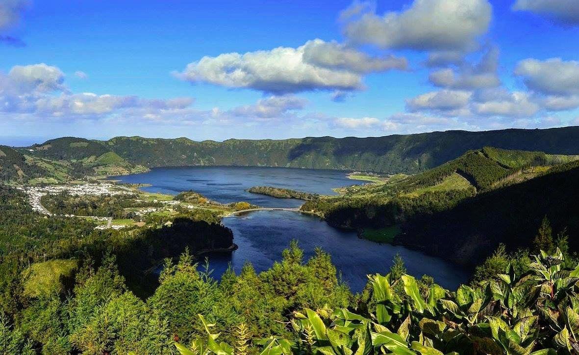 Sete Cidades. Amazing vista over two lakes (Lagoa Azul a Lagoa Verde)