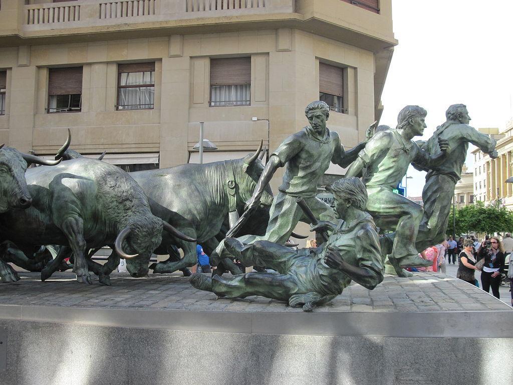 бег с быками - скульптура