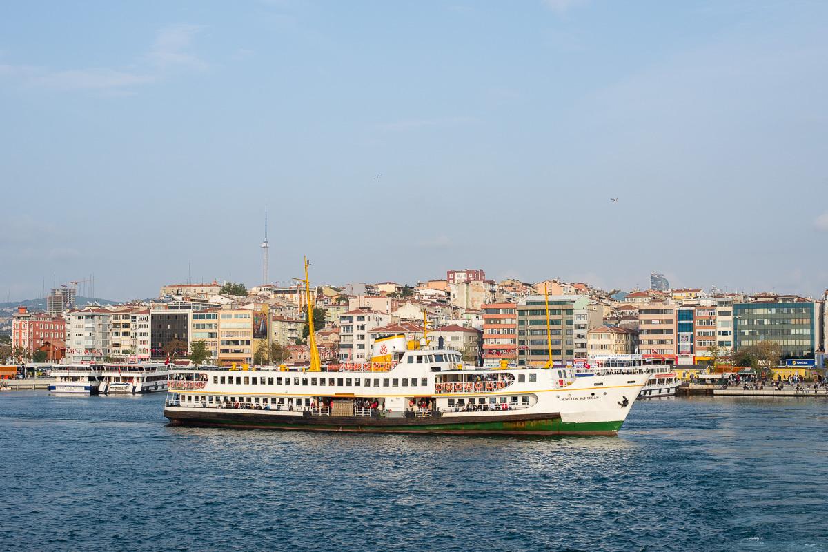 регулярный корабль через пролив Боспор