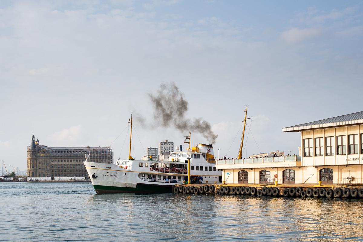корабли служат общественным за исключением одного моста и одной линии метро, это единственная связь с европейской частью города