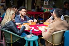 místní se rádi setkávají venku u čaje či kávy a stolních her