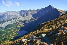 dolina Gąsienicowa, vpravo vrch Svinica