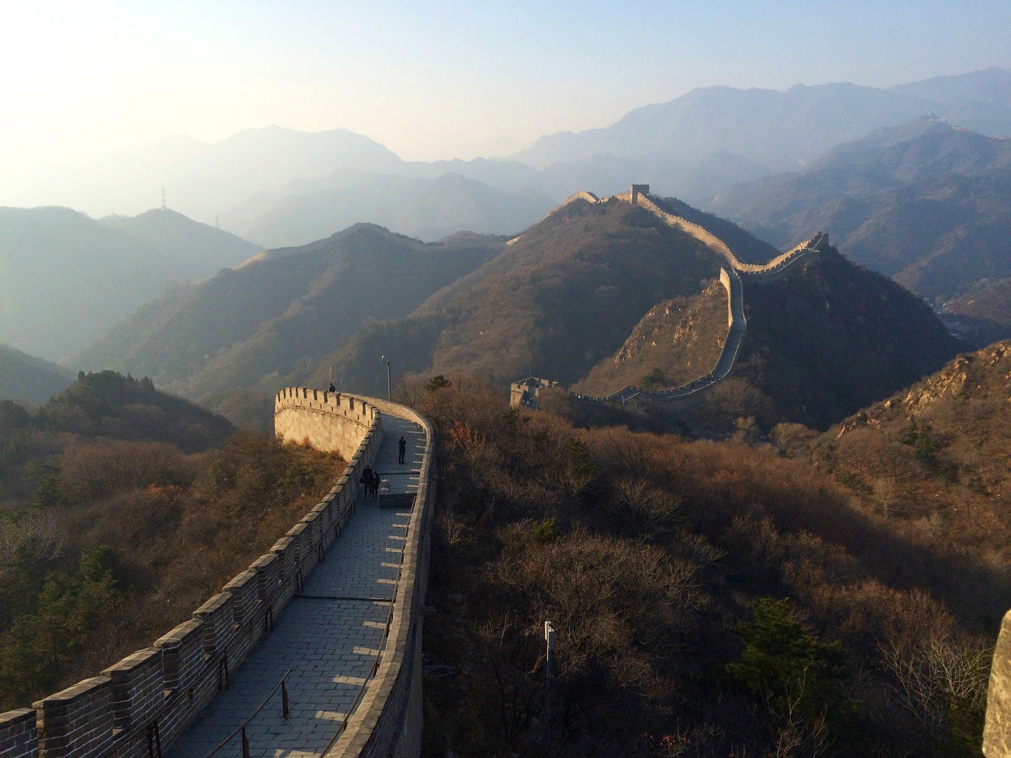 Velká čínská zeď se táhne zdejšími horami jako had
