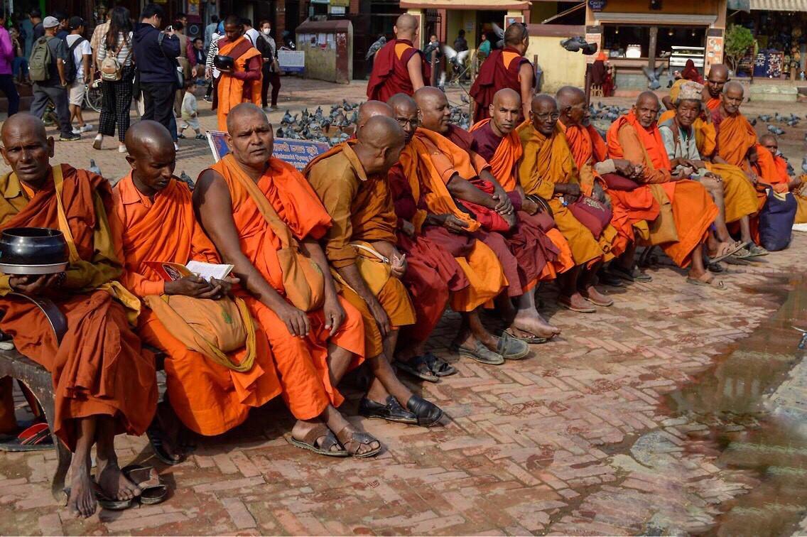 mniši poblíž chrámu Boudhanath