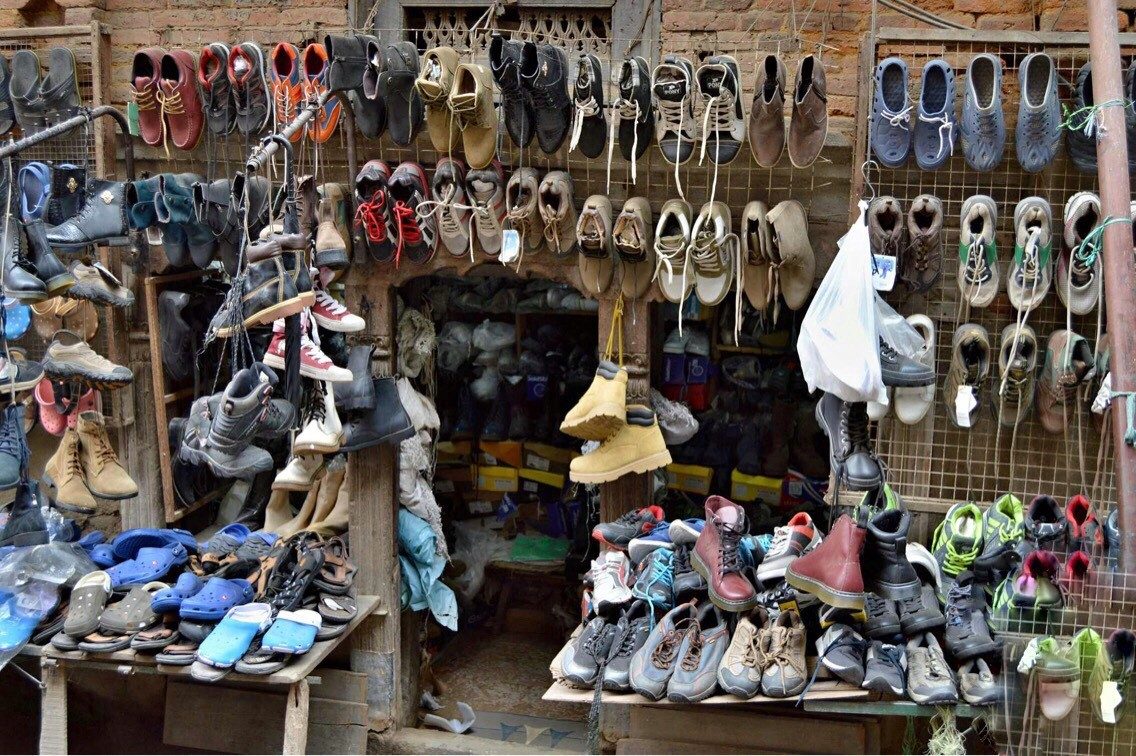Prodejna obuvi v ulicích hlavního města