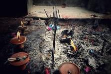 vonné tyčinky uvnitř chrámu