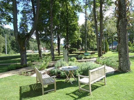 территория курорта - травяной сад