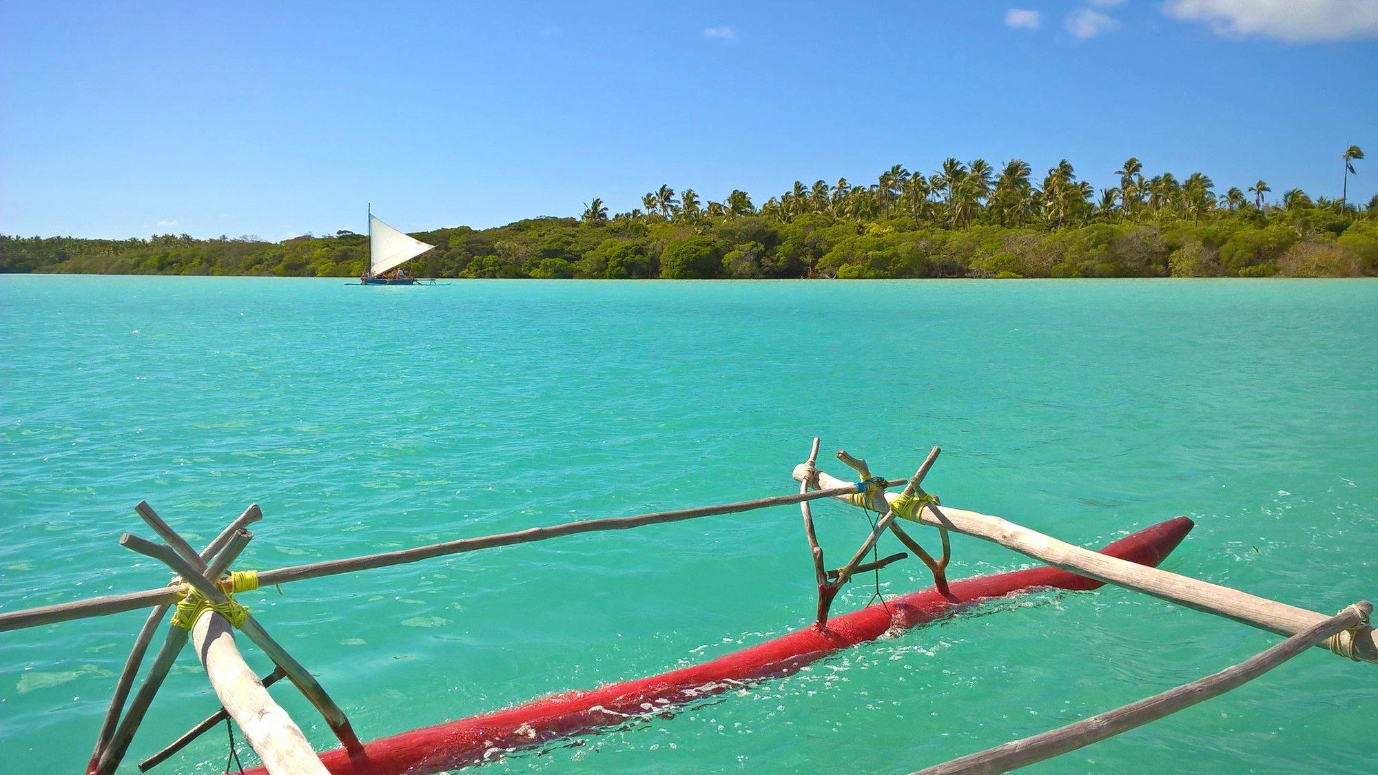 туристы могут наслаждаться плаванием на паруснике