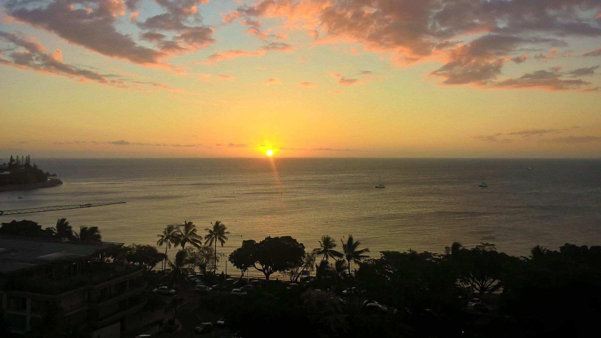 západ slnka nad Nouméou