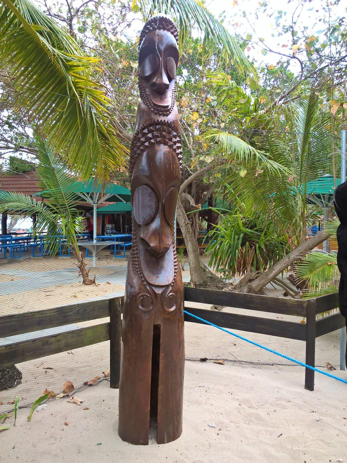 drevené sochy sú typickou ukážkou kanakského umenia