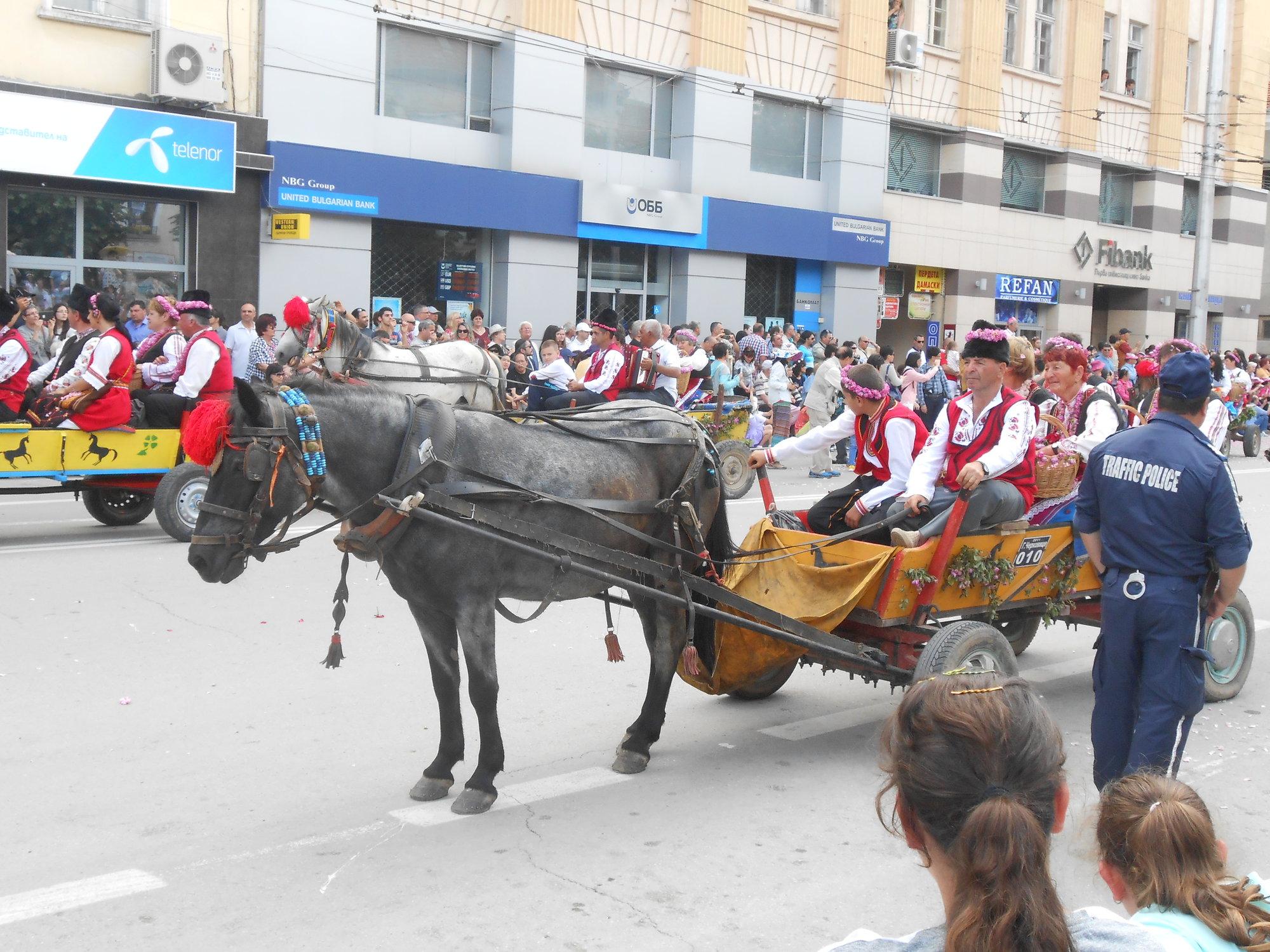 Фестиваль роз в Казанлыке связан с большим праздником всего города, в котором участвуют местные школы, клубы пенсионеров, детские клубы, пожарные-добровольцы и т.д.