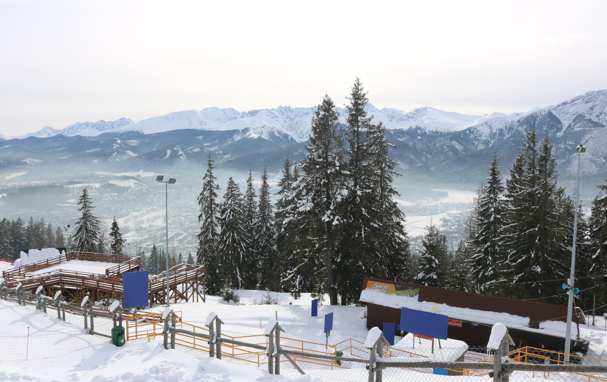 výhled na sjezdovku, část města Zakopane a přilehlé hory