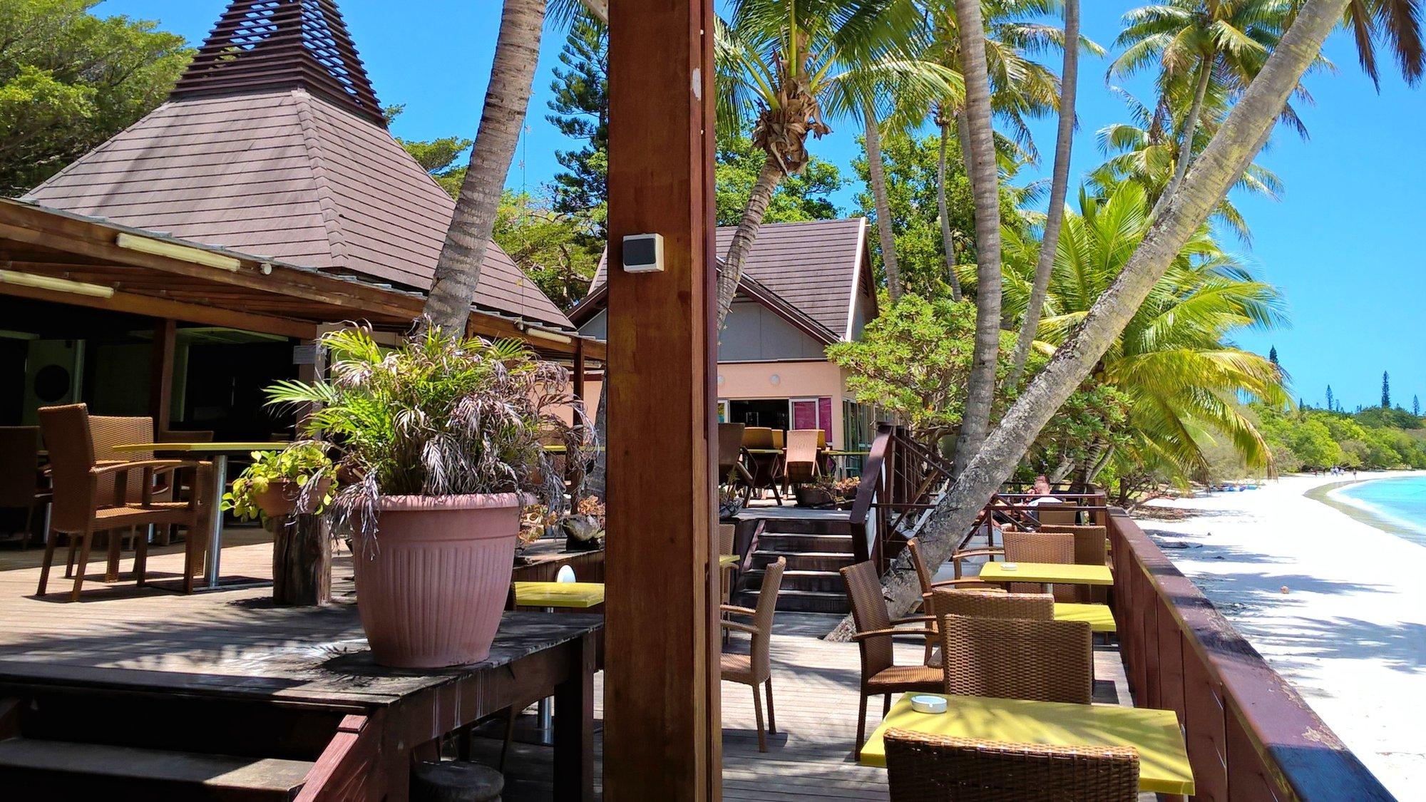 restaurace na pláži Kuto nabízí občerstvení s nezapomenutelným výhledem na azurové moře