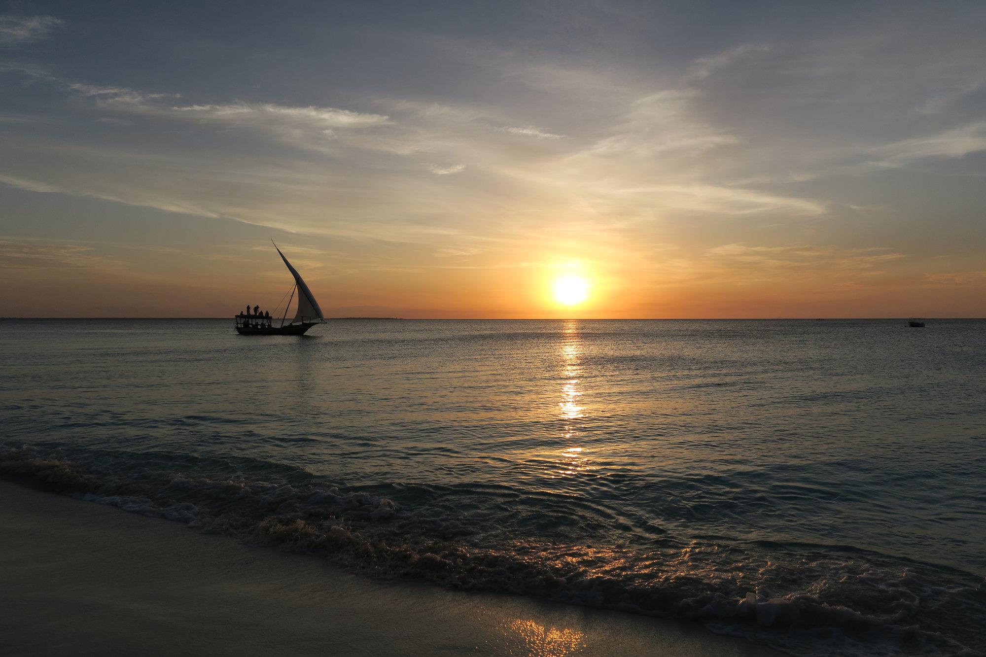 západ slunce na pláži Nungwi
