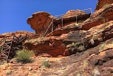 na některých místech je pro zdolání kaňonu nutné vyšlapat schody