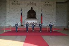 čestná stráž pri pamätníku