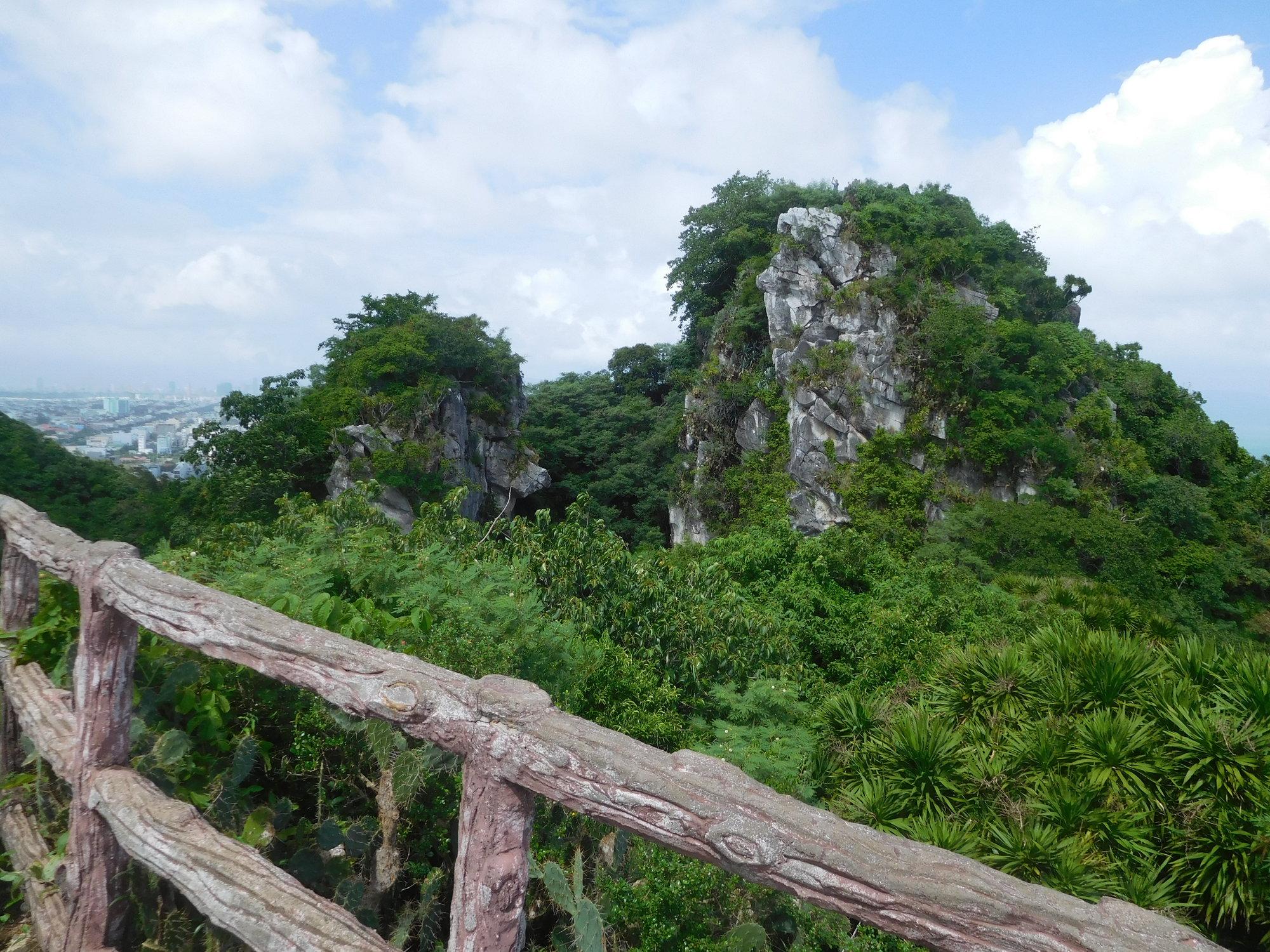 6d685c7d125fd ... medzi mestami Hoi An a Da Nang (približne v osemkilometrovej  vzdialenosti) a jedná sa o najjužnejšie sa vyskytujúcu mramorovú formáciu vo  Vietname.