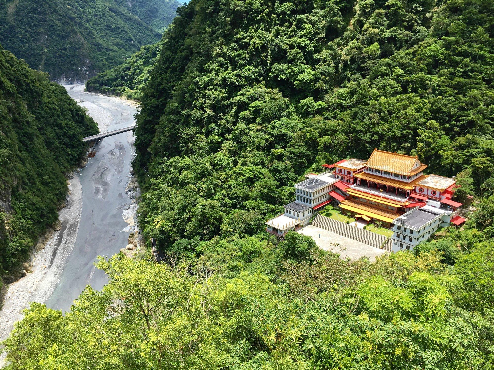 v Taroku je i několik chrámů, které svými pestrými barvami oživují okolní přírodu