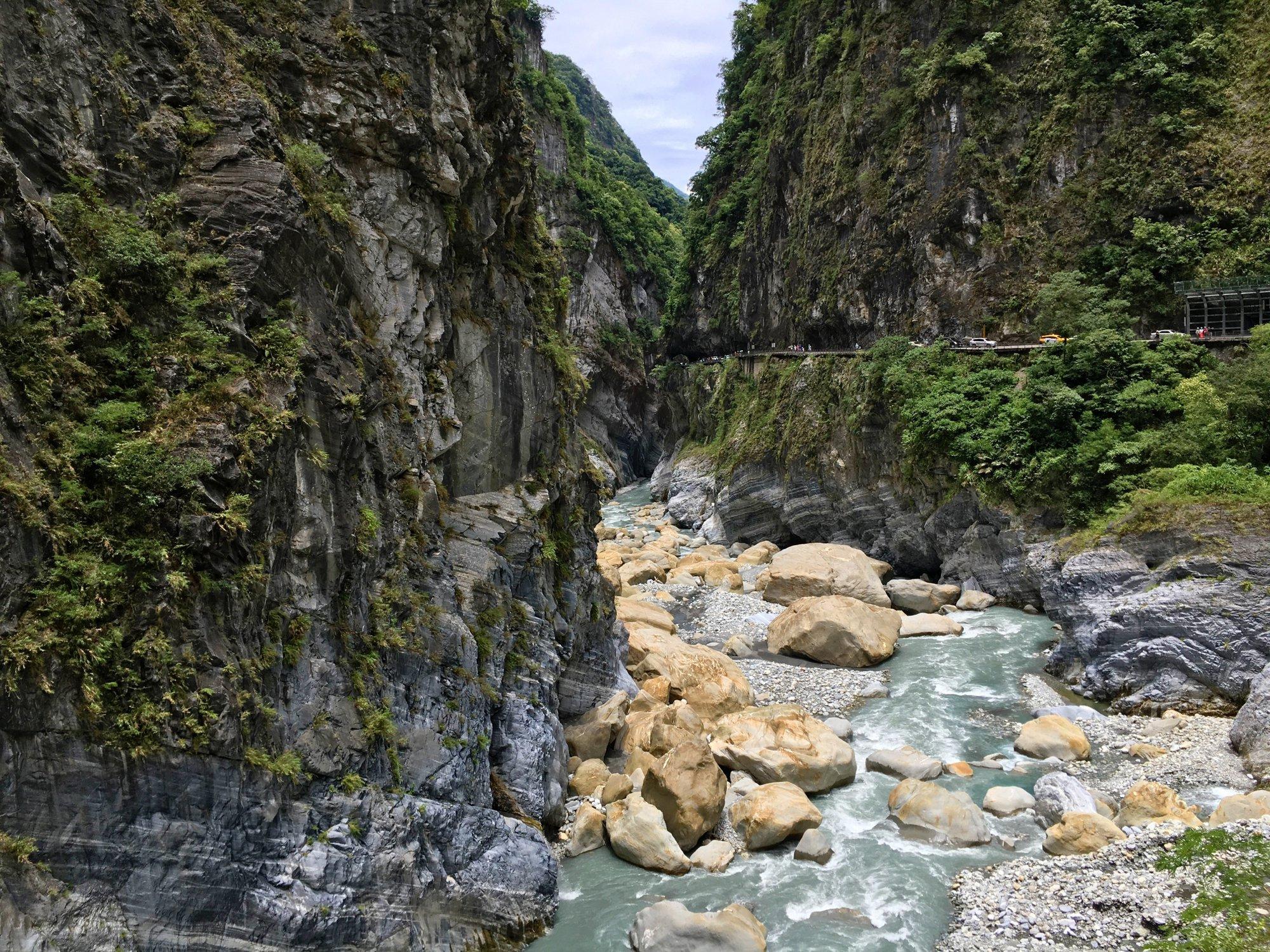 длина ущелья составляет более 18 километров