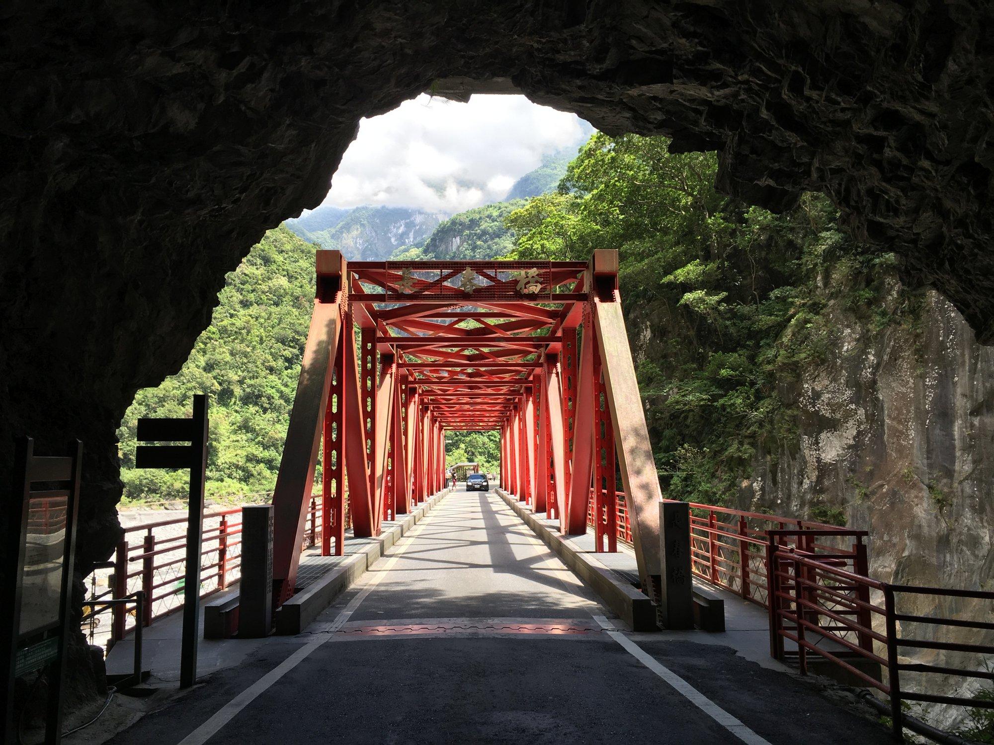 cesty jsou zde občas velice úzké, plné tunelů, mostů a zatáček