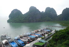 výhľad od krasovej jaskyne Đng Thin Cung