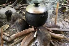 příprava obědu na ohni