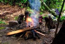 sušení obuvi po silném dešti u ohně