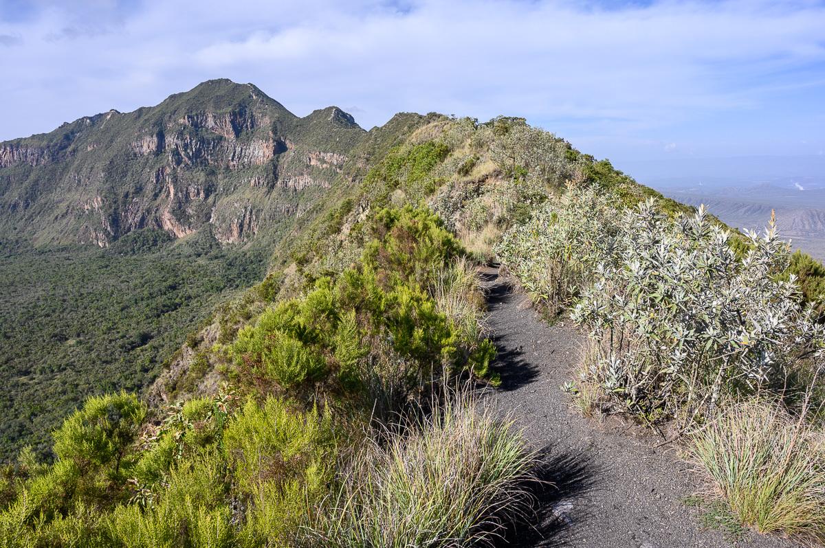 cesta po okraji kráteru