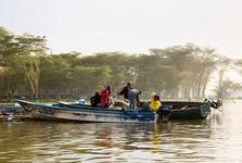 každý večer vyrážejí na jezero rybáři rozestřít své sítě