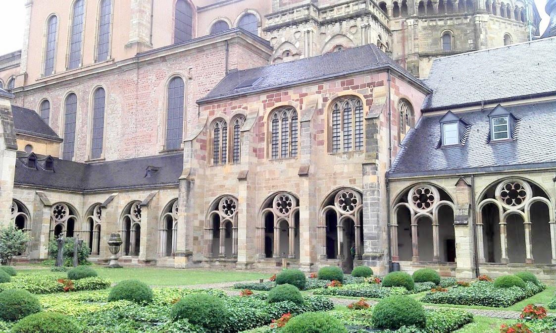 собор Святого Петра (двор монастыря)
