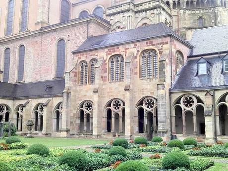 Trier - Vysoká katedrála svätého Petra (kláštorný dvor)
