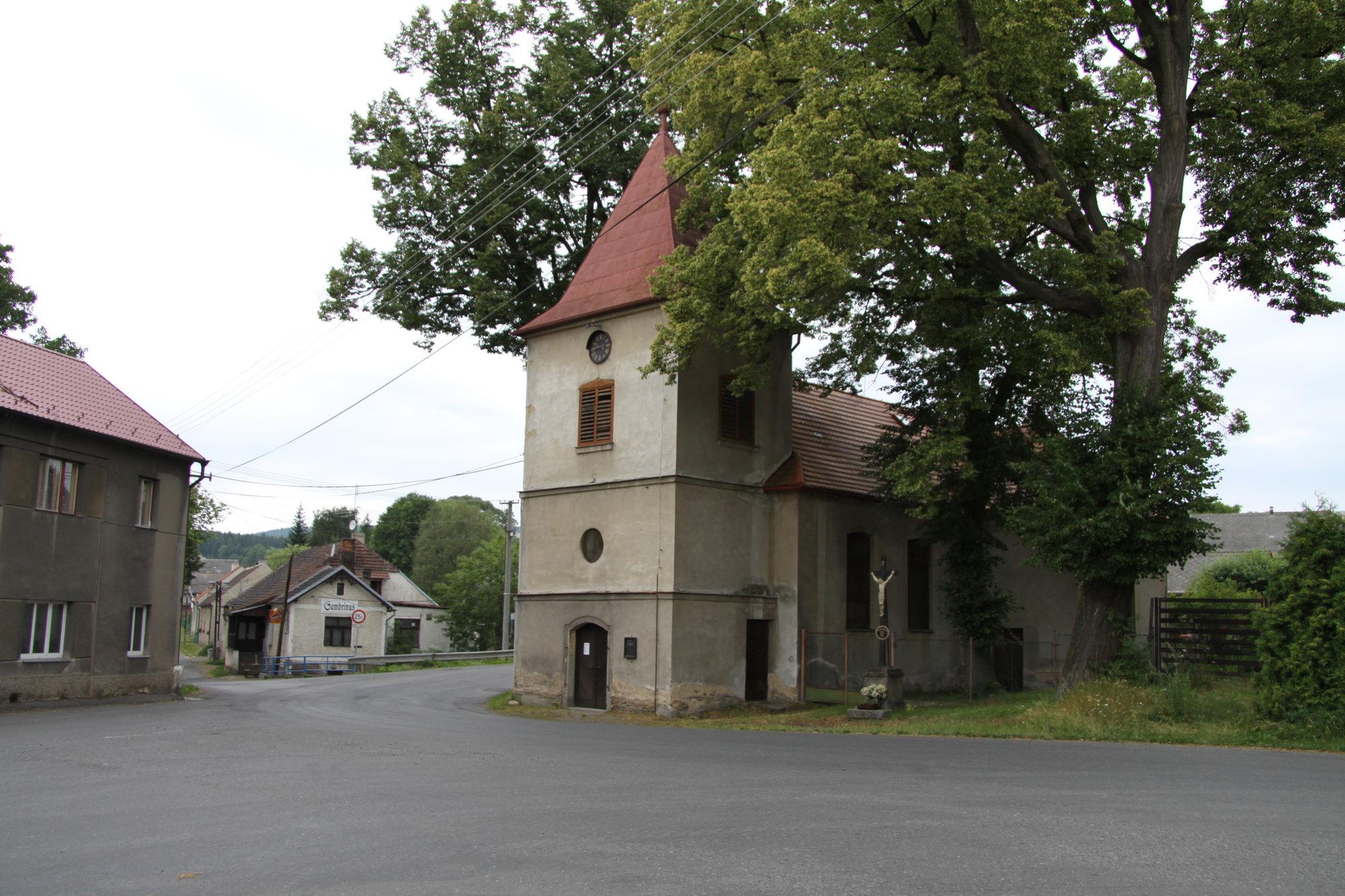 kostel na návsi