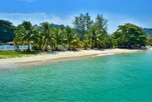 pláže sú dlhé, pokojné a s dostatkom tieňa pod stromami