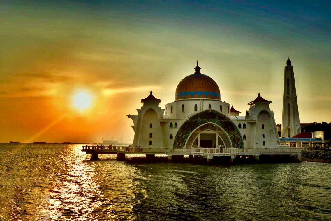 плавающая мечеть Masjid Selat Melaka