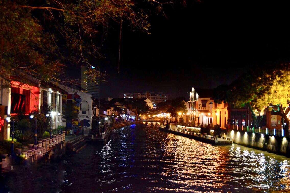 řeka protékající městem