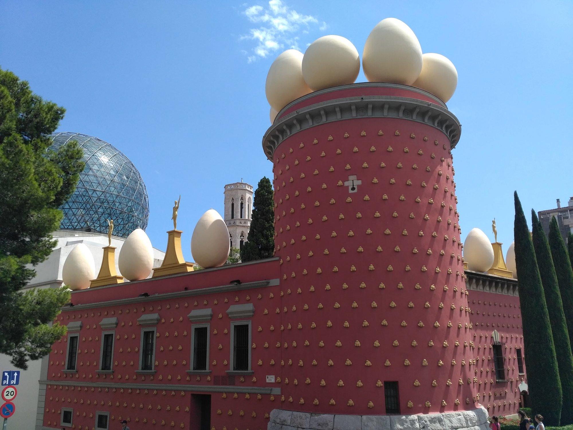surrealistická výzdoba muzea s pro Dalího typickými vejci